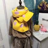 Zachte gebreide kindersjaal Vicky|Geel roze sjaal meisjes|Stippen_