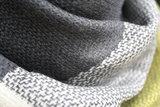 Grijs, gele dames shawl detailfoto
