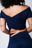 Scarfz-blauwe-midi-jurk-met-blote-schouders-blote-rug