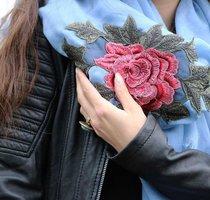 Vierkante dames sjaal Roos|Blauw|Embroidery patch|Omslagdoek