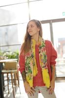 Vierkante dames sjaal Botanic Paradise|Vierkante shawl|Geel roze beige groen|Tropische bloemenprint bladerprint