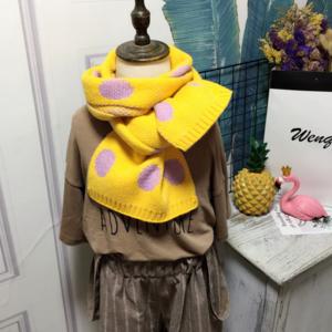 Zachte gebreide kindersjaal Vicky|Geel roze sjaal meisjes|Stippen