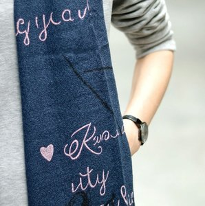 Lange dames sjaal Storytelling Blauw roze grijs tekst quotes